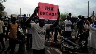 Des manifestants réclamant le départ du président IBK lors d'un rassemblement à Bamako, le 10 juillet 2020.