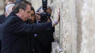 Quipá na cabeça, Jair Bolsonaro colocou as duas mãos nas pedras do Muro das Lamentações Benjamin Netanyahu