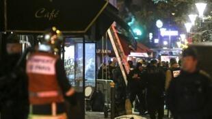 Devant le Bataclan, la salle de spectacle où les attaques ont été les plus meurtrières.