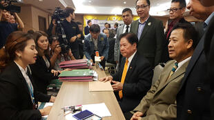 Đại diện đảng Quyền Lực Công Dân Thái (P) nộp hồ sơ ứng cử Quốc Hội tại Ủy Ban Bầu Cử, Bangkok ngày 02/03/2018.