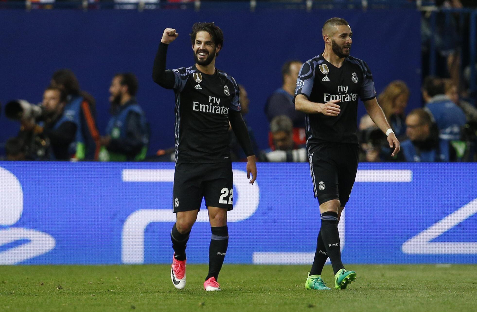 Wachezaji wa Real Madrid Isco na Benzema, baada ya kufuzu katika hatua ya fainali kuwania taji la klabu bingwa barani Ulaya