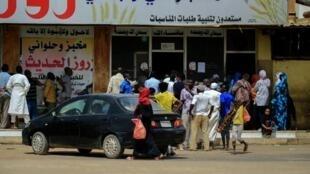 Un an après la chute d'Omar el-Béchir, l'inflation est étourdissante et les pénuries sont nombreuses. Ici, devant une boulangerie à Khartoum alors que le gouvernement a annoncé une augmentation du prix du pain.
