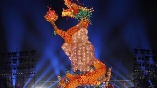 Múa rồng mừng năm mới Nhâm Thìn bên bờ sông Dương Tử tại Nam Kinh, tỉnh Giang Tô ngày 19/01/2012.