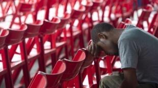 """Avião indonésio descoberto """"completamente destruído"""" é o fim da esperança das famílias das 54 pessoas a bordo"""
