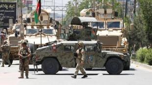 Vikosi vya usalama vya Afghanistan kitoq ulinzi nje ya hospitali iliyolengwq na shambulio huko Kabul, Mei 12, 2020.