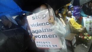 在日本驻韩使馆门前示威的韩国人要求日本为二战期间韩国慰安妇事件道歉。2012年8月15日。