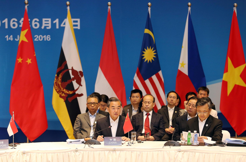 Ngoại trưởng Trung Quốc Vương Nghị và các đồng nhiệm Đông Nam Á tại hội nghị đặc biệt Vân Nam, 14/06/2016.