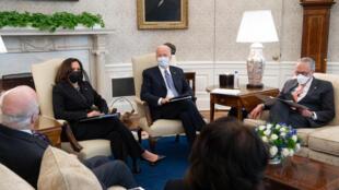 El presidente Joe Biden en una reunión con senadores demócratas en el Despacho Oval, el 3 febrero de 2021