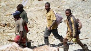 Mineurs clandestins dans la zone de la mine de Gravelotte (Afrique du Sud), en 2012.