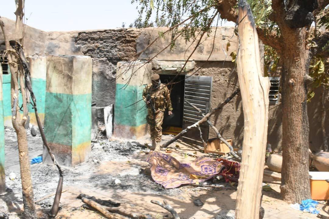 Un soldat marche au milieu des décombres après le massacre dans le village d'éleveurs peuls de Ogossagou, au Mali le 25 mars 2019.
