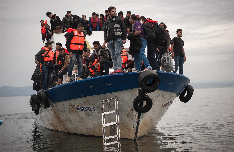 Um barco de migrantes se aproxima da ilha de Lesbos, na Grécia
