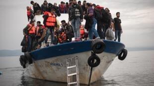 Un barco de refugiados llega a Lesbos, el pasado 11 de octubre de 2015.