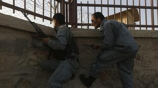 Askari polisi wa Afghanistani wakijipanga ili kukabiliana na shambulio la Taliban katka uwanja wa ndege mjini Kaboul, Julai 17.