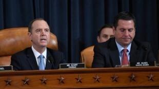 美国众议院13日举行的弹劾调查公开听证会。图为众院情报委员会主席希夫(左)和重量级共和党联邦众议员努尼斯(右)在听证会上