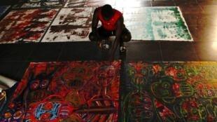 Le peintre ivoirien Aboudia présente ses toiles.