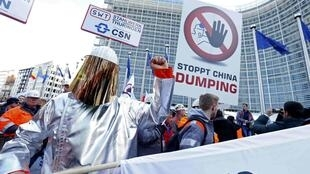2016年2月15日歐洲鋼鐵工業企業主和工人在布魯塞爾歐盟委員會樓前集會,抗議中國鋼鐵產品傾銷。
