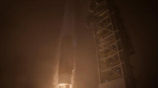 El cohete Atlas V propulsando a la sonda InSight en la madrugada del 5 de mayo, 2018, desde la base aérea de Vandenberg, California.