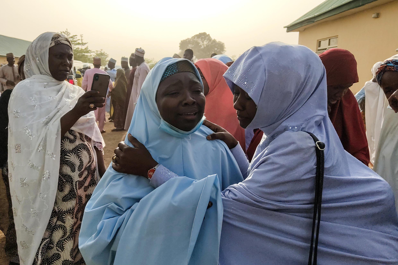 Varias niñas se reúnen con sus familias tras una semana de cautiverio, en Jangebe, estado de Zamfara, noroeste de Nigeria, el 3 de marzo de 2021