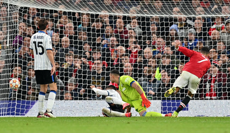 El delantero portugués del Manchester United Cristiano Ronaldo (D) anota el tercer gol de su equipo durante el partido del grupo F de la Liga de Campeones jugado en Old Trafford, el 20 de octubre de 2021