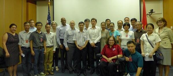 Phái đoàn Đối thoại Nhân quyền Hoa Kỳ tiếp xúc với đại diện các tổ chức XHDS về tình trạng nhân quyền tại Việt Nam. Ảnh chụp ngày 06/05/2015