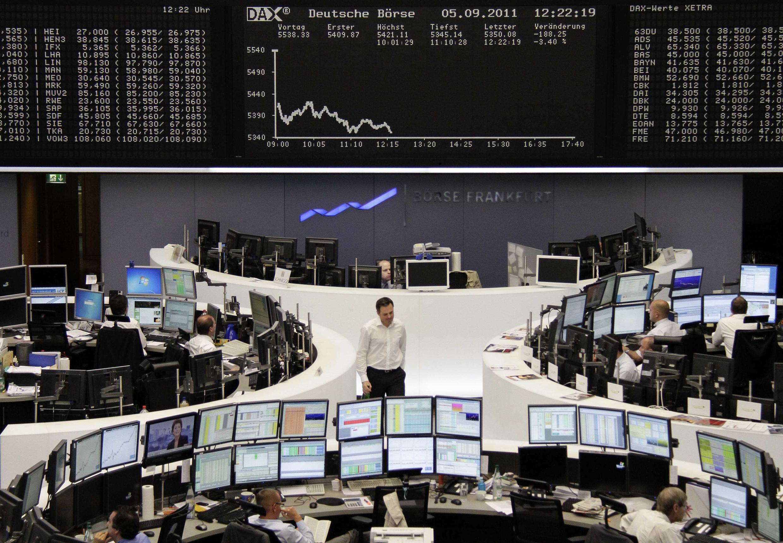 As bolsas europeias tiveram queda acentuada nesta segunda-feira devido à crise dos déficits públicos.