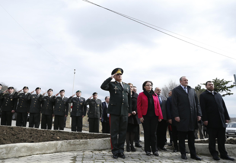 Президент Грузии Г.Маргвелашвили (второй справа) и министр обороны Тинатин Хидашели (третья справа) на воинской церемонии 25 февраля 2016