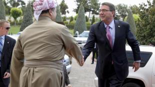 El presidente kurdo Masud Barzani recibe al secretario de la Defensa Ash Carter, Erbil, Iraq, 24 de julio de 2015.