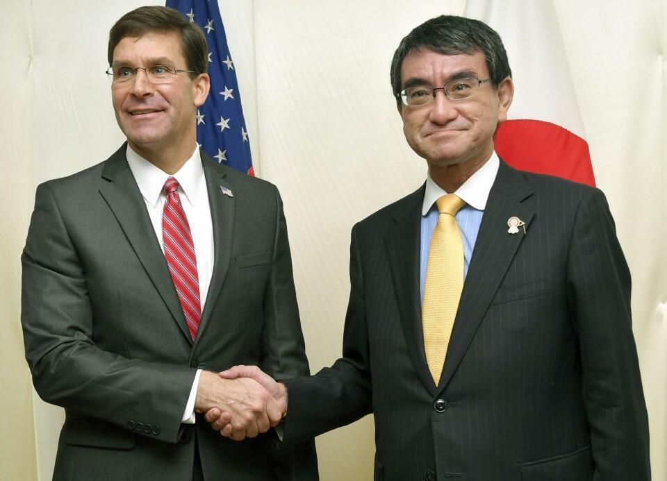 Bộ trưởng Quốc Phòng Mỹ, Mark Esper (trái) bắt tay đồng nhiệm Nhật, Taro Kono tại cuộc họp ở Bangkok ngày 18/11/2019.