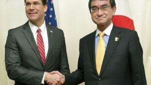 Ảnh minh họa : Bộ trưởng Quốc Phòng Mỹ, Mark Esper (trái) bắt tay đồng nhiệm Nhật, Taro Kono tại cuộc họp ở Bangkok ngày 18/11/2019.