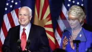 Le sénateur américain John McCain célèbre, avec sa femme Cindy, sa victoire à Phoenix, en Arizona, le 24 août 2010.