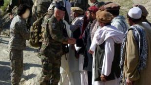 افغانهایی که طی مدت استقرار ارتش فرانسه در افغانستان در مشاغل خدماتی مانند مترجمی با این ارتش همکاری میکردند، پس از خروج کامل نیروهای فرانسوی، خود و خانوادهشان در وضعیت بسیار نگرانکننده امنیتی در این کشور بسر میبرند.
