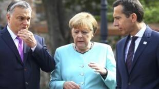 La chancelière allemande Angela Merkel entourée de son homologue autrichien Christian Kern (D) et le Premier ministre hongrois Viktor Orban, lors du sommet de Bratislava, le 16 septembre 2016.