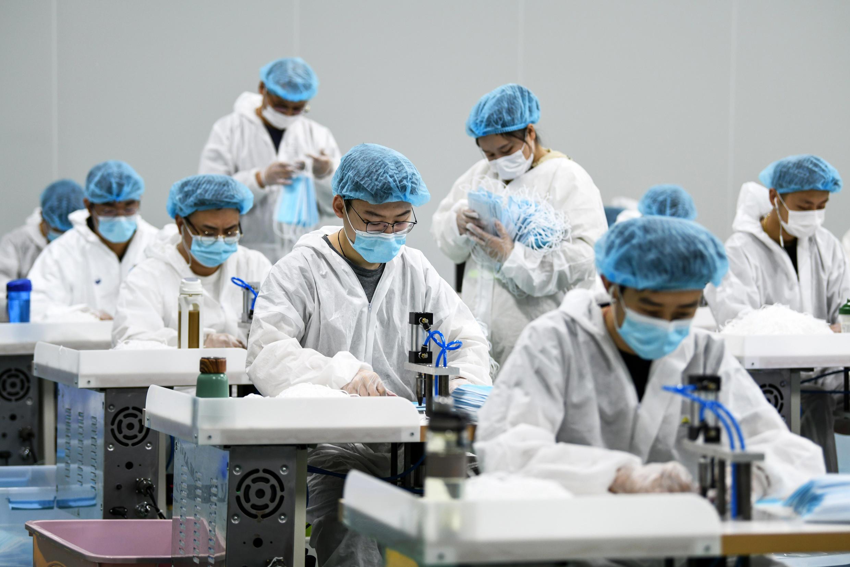 Não há dúvida de que depender da China ou da Índia para obter máscaras cirúrgicas, ventiladores, remédios básicos e insumos químicos para testes, é um baita problema.