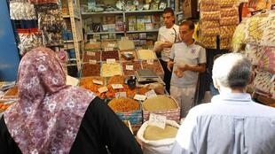 Une femme fait des achats au marché d'Alger pour le ramadan.