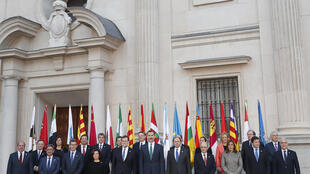 Le roi d'Espagne, Felipe VI et le Premier ministre Mariano Rajoy, entourés par les présidents des différentes régions du pays, Pays basque et Catalogne en moins. Madrid, le 17 janvier 2017.