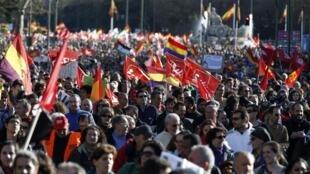 Milhares de pessoas se manifestaram neste sábado (22) nas ruas de Madri contra a política de austeridade do governo espanhol.