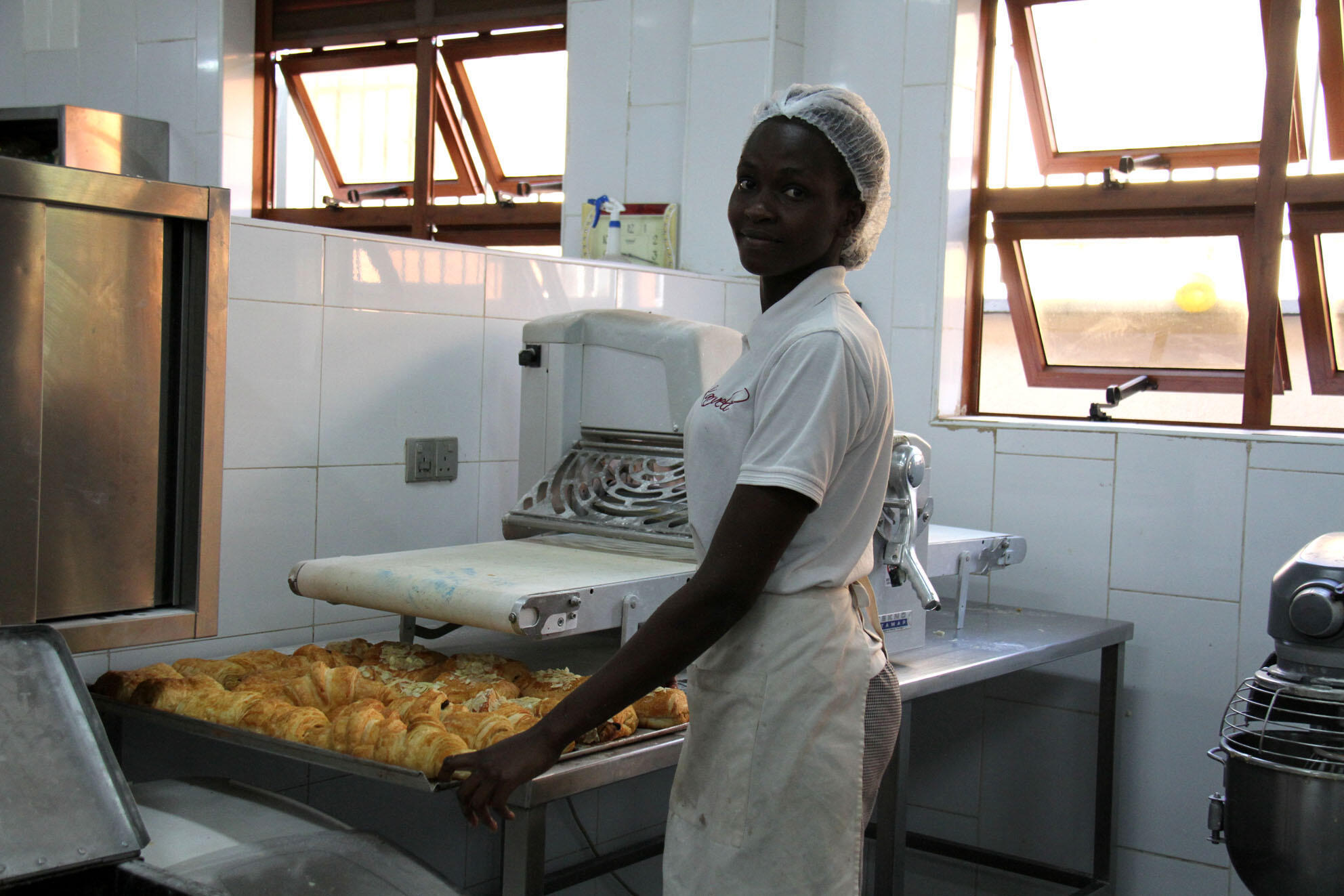 Sarafina Kodte dans le «laboratoire» dirigé par le chef pâtissier Pascal Hosten.