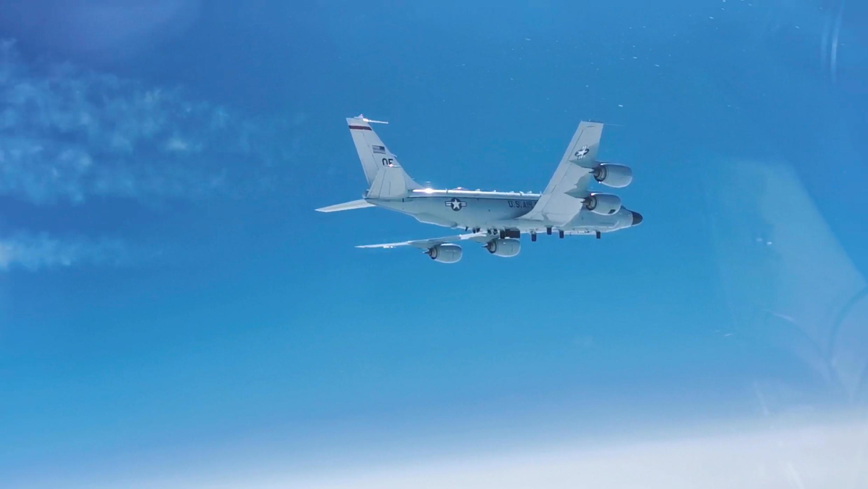 Ndege ya upelelezi ya kikosi cha anga cha  Marekani RC-135 ikiruka juu ya Bahari ya Pasifiki karibu na pwani ya Kamchatka Aprili 16, 2021.