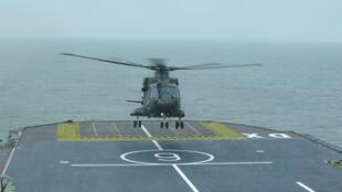 Un hélicoptère britannique apponte sur le navire française Dixmude lors de l'exercice franco-anglais Griffin Strike.