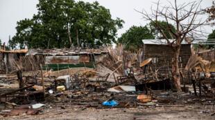 Tiendas destruidas por los combates en la ciudad de Melut, en Sudán del Sur, junio de 2015.