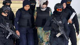 Полицейские выводят из здания суда одну из обвиняемых, Доан Ти Хуонг. Город Шах-Алам (Малайзия). 16.08.2018