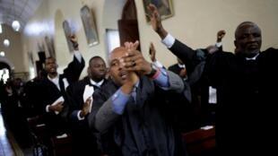 Les avocats réclament justice alors qu'ils assistent à une cérémonie religieuse à l'église Saint-Pierre, en l'honneur de Monferrier Dorval, tué le 28 août à Port-au-Prince, Haïti le 18 septembre 2020.