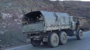 Un camion des troupes arméniennes en train de quitter les Kelbajar. Le 24 novembre 2020.