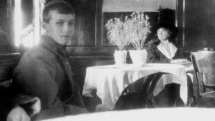 Dernière photographie des enfants du tsar Nicolas II, Alexis et Olga, lors du trajet en train de Tioumen à Ekaterinbourg, en mai 1918.