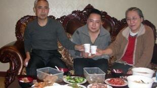 2010年12月11日网络流传的哈达与其家人共同进餐的照片。