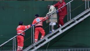 Раненый пассажир Norman Atlantic спускается со спасательного судна, Бари, Италия, 29 декабря 2014 г.