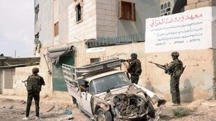 Forças governamentais posicionadas nos arredores de Alepo.
