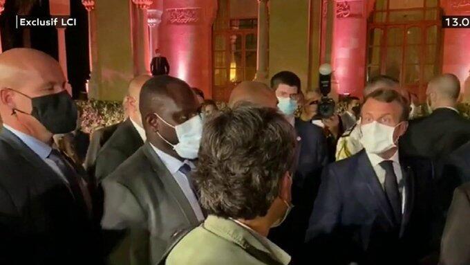 Captura de pantalla del momento en que el presidente francés Emmanuel Macron interpela al presiodista Georges Malbrunot, de espaldas.