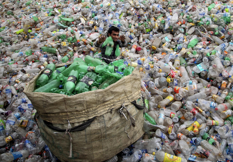 Décharge de bouteilles en plastique à Chandigarh, en Inde.