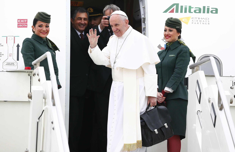 O papa Francisco embarca para visita no Cairo marcando sua proximidade com a maior comunidade cristã no Oriente Médio.